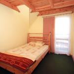 Sypialnia na piętrze z wyjściem na taras